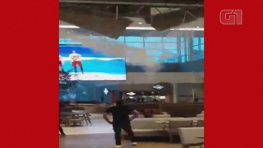 Parte de teto de shopping em Canoas desaba durante chuva forte; vídeo