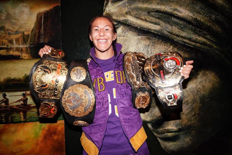 Cris Cyborg e seus quatro cinturões: Strikeforce, Invicta, UFC e Bellator — Foto: Reprodução/Twitter