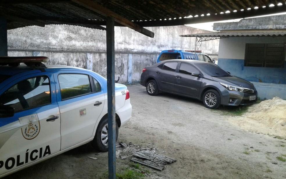 Carro com placa adulterada estava dentro de unidade da PM (Foto: Divulgação)