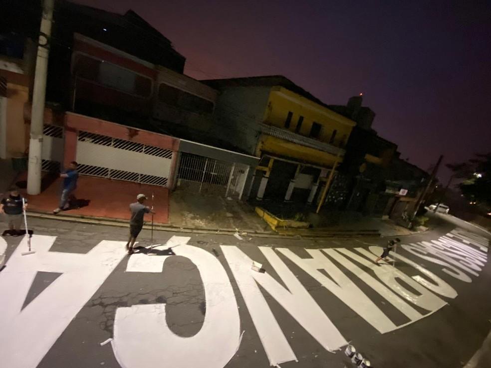 """Frase """"Salvem nossas crianças"""" pintada em comunidade na Zona Leste de São Paulo. — Foto: Arquivo pessoal"""