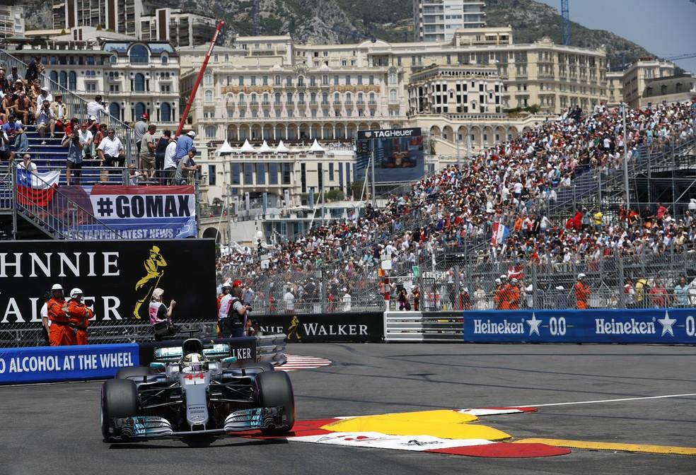 Lewis Hamilton no GP de Mônaco: piloto sofreu com teperaturas dos pneus (Foto: AFP)
