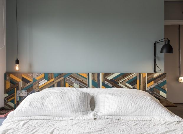 Sobre a base neutra da parede, a cabeceira com diferentes tons se destaca sem pesar na composição  (Foto: Maira Acayaba/Divulgação)