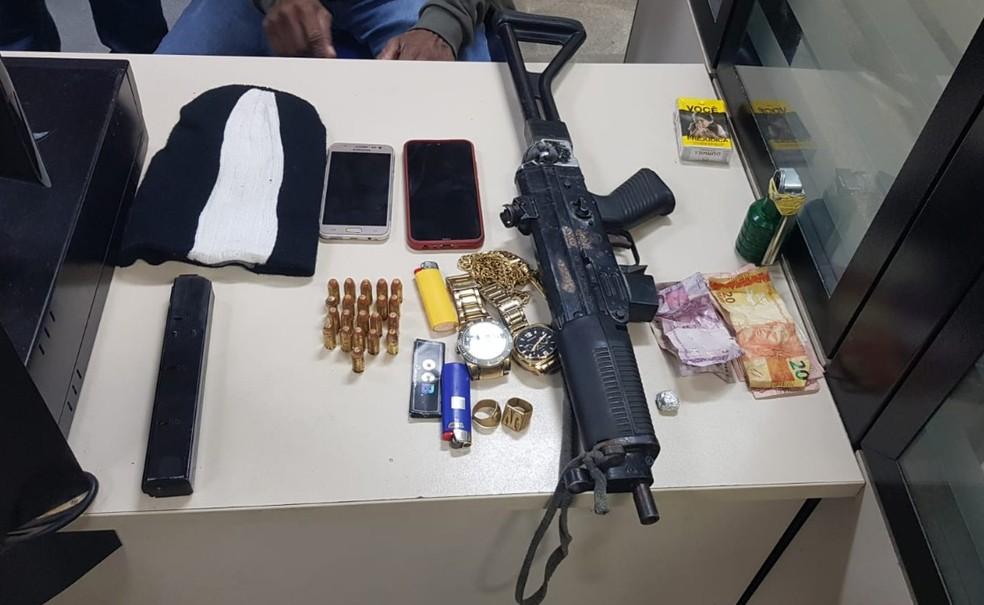 Quatro pessoas são presas com submetralhadora e granada caseira em Feira de Santana — Foto: Divulgação/SSP-BA