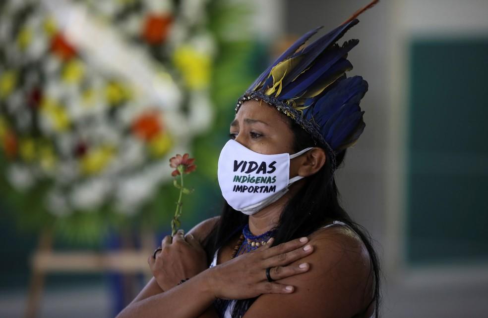 14 de maio - Indígenas participam do velório do cacique Messias Kokama, 53, que morreu vítima de coronavírus (COVID-19), no Parque das Tribos, em Manaus — Foto: Bruno Kelly / Reuters