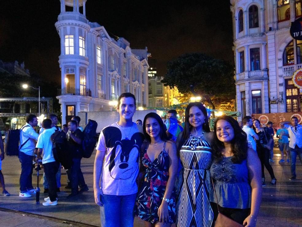 Grupo de amigos da Várzea, no Recife, aproveita a passagem de som no Marco Zero (Foto: Marcus Andrey/G1)