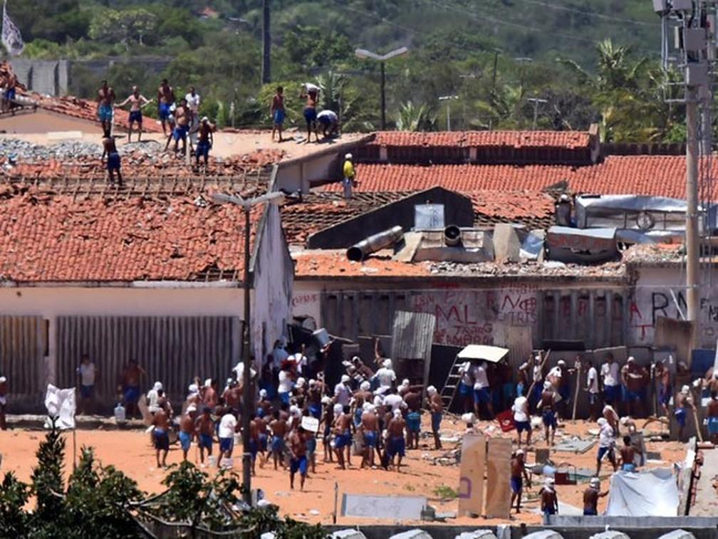 19/01/2017 - Presos são vistos durante um confronto de facções na penitenciária de Alcaçuz, perto de Natal, no Rio Grande do Norte — Foto: Josemar Gonçalves/Reuters