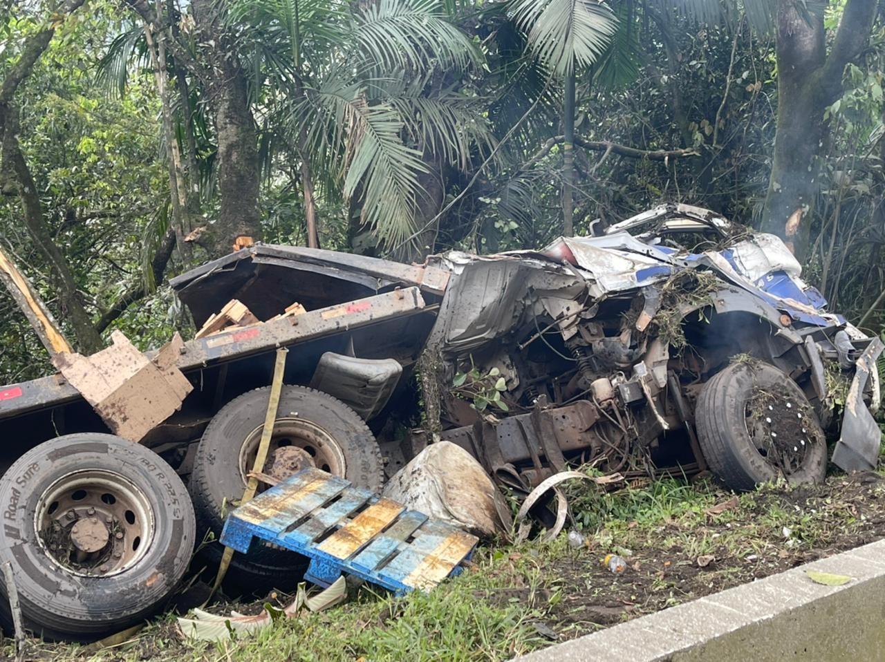 Motorista morre após caminhão capotar na BR-376 em Guaratuba