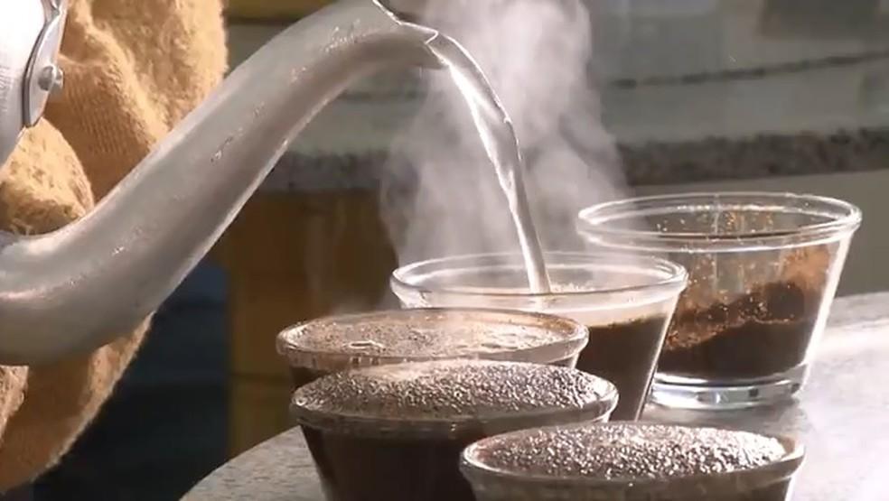 Preparação de café — Foto: Reprodução/RPC