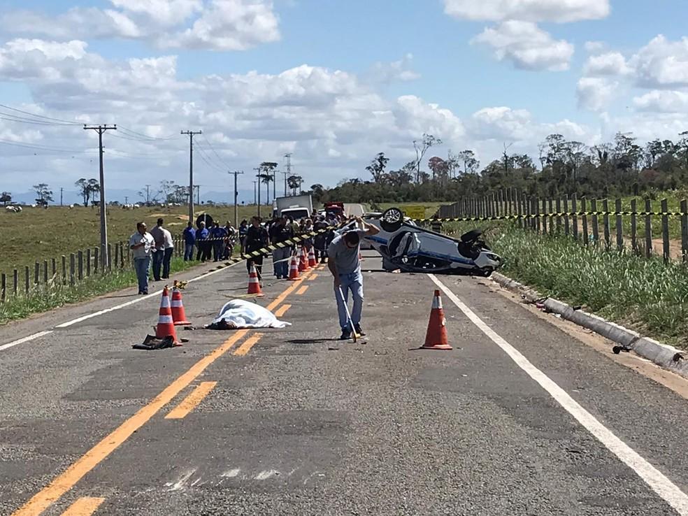 Acidente com táxi em Linhares deixou mortos e feridos — Foto: Luiz Zardini/TV Gazeta