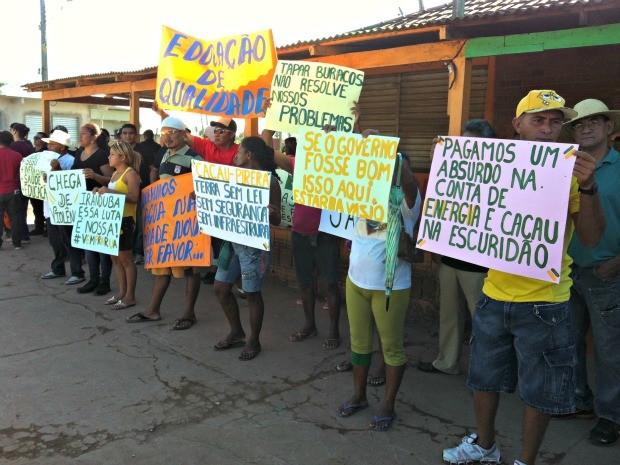 Manifestantes pedem que comunidade do Cacau Pirera se torne um município (Foto: Camila Henriques /G1 AM)