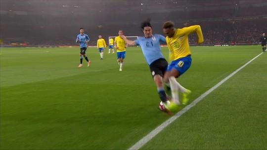 Cavani faz falta em Neymar e se irrita; assista ao lance
