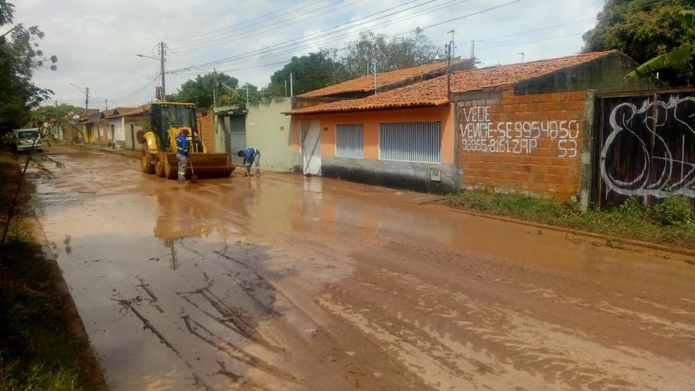 Água de adutora estourada invadiu residências na Zona Norte de Teresina.  — Foto: Lorena Linhares/G1