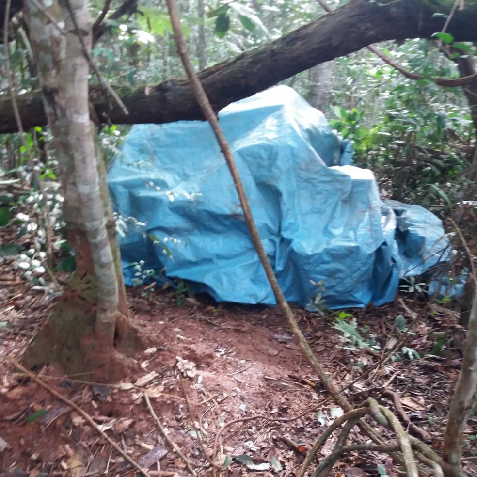 Parte da carga roubada foi localizada escondida debaixo de uma lona no meio do mato em Brasnorte — Foto: Polícia Civil de Mato Grosso/Assessoria
