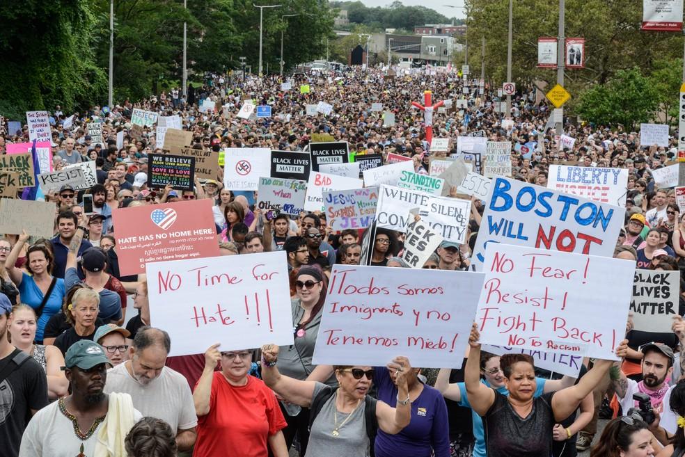 Milhares protestam em agosto de 2017 contra a marcha pela 'Liberdade de Expressão', organizada por grupos de direita, em Boston, nos EUA. — Foto: Stephanie Keith
