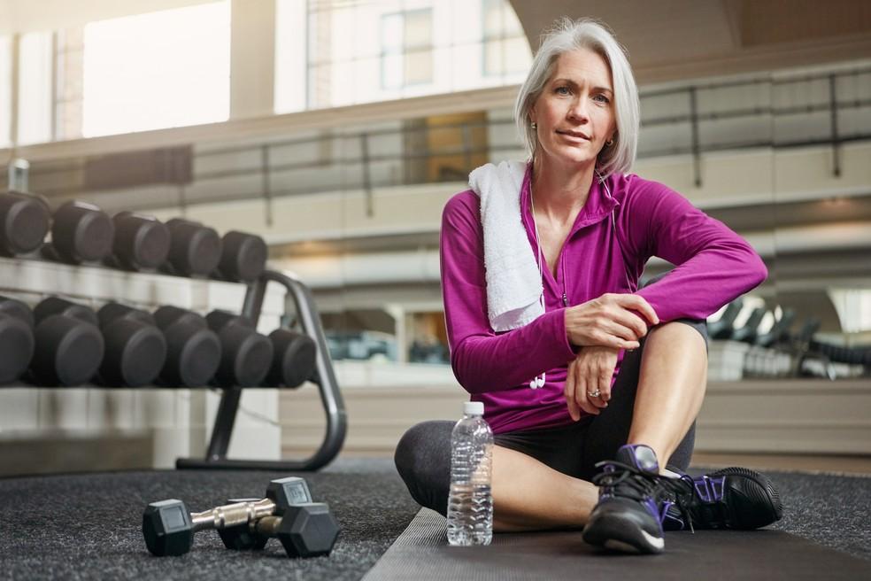 Exercícios em geral tendem a diminuir efeitos da menopausa, mas ganhos são ainda maiores com produção de testosterona estimulada por musculação — Foto: iStock Getty Images
