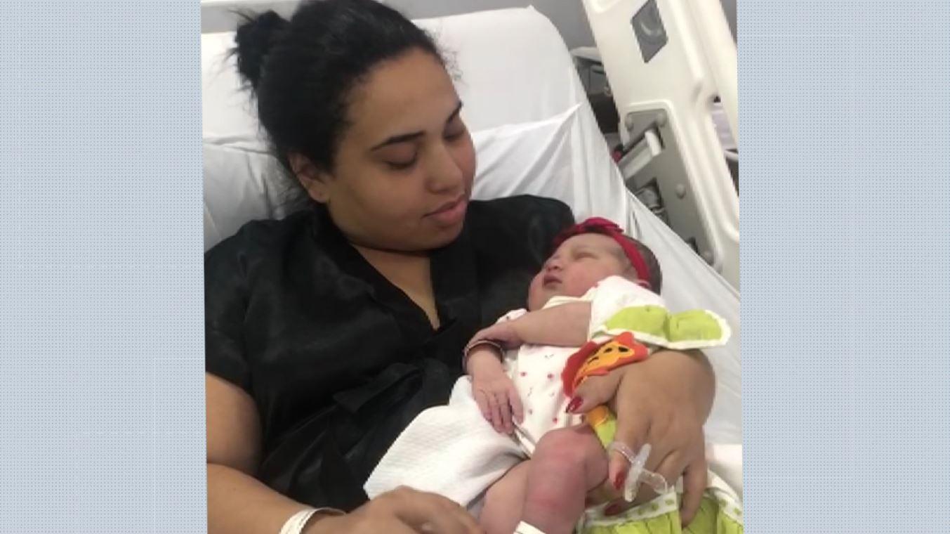 Para afastar risco de coronavírus, mãe de 1ª viagem redobra cuidado e família vê bebê só por vídeos
