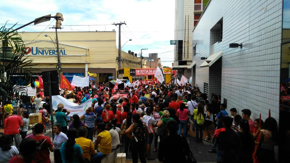 TERESINA, 9h20: Manifestantes fecham cruzamento das ruas Areolino de Abreu com Rui Barbosa  — Foto: Andrê Nascimento/G1