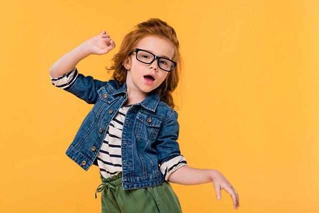 Menina de óculos dançando (Foto: Menina de óculos dançando (Foto: Thinkstock))
