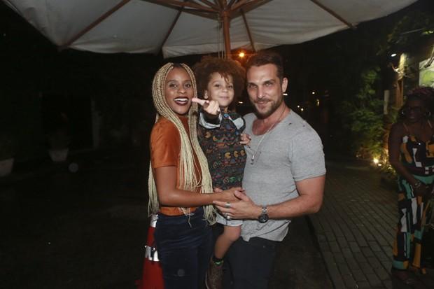 Igor Rickli com Aline Wirley e o filho, Antonio (Foto: Dilson Silva/AgNews)