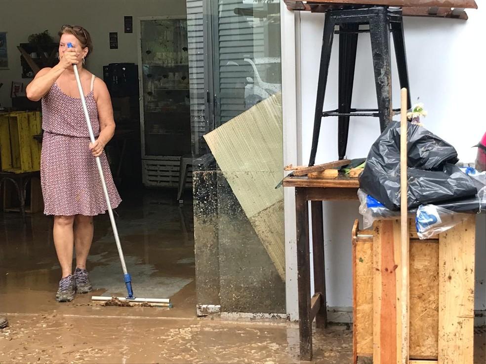 Isabel Castanheiro, dona de restaurante na Estrada da Gávea, perto da Rocinha. Ela perdeu tudo por causa da chuva — Foto: Henrique Coelho/G1