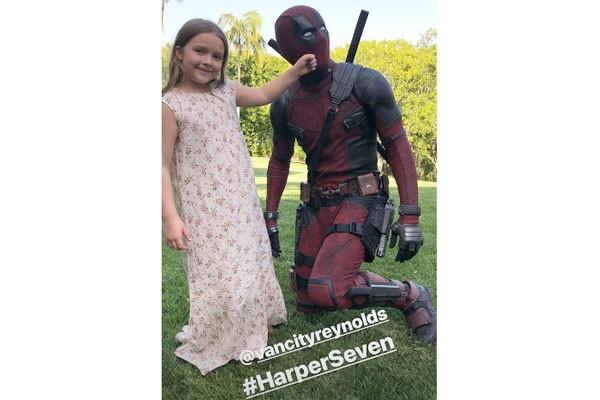 A foto de corpo inteiro mostra a filha de Beckham fazendo graça com o personagem de Reynolds (Foto: Reprodução / Instagram)