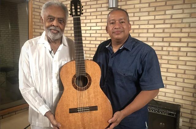 Gilberto Gil com o bombeiro Davi Lopes (Foto: Divulgação)