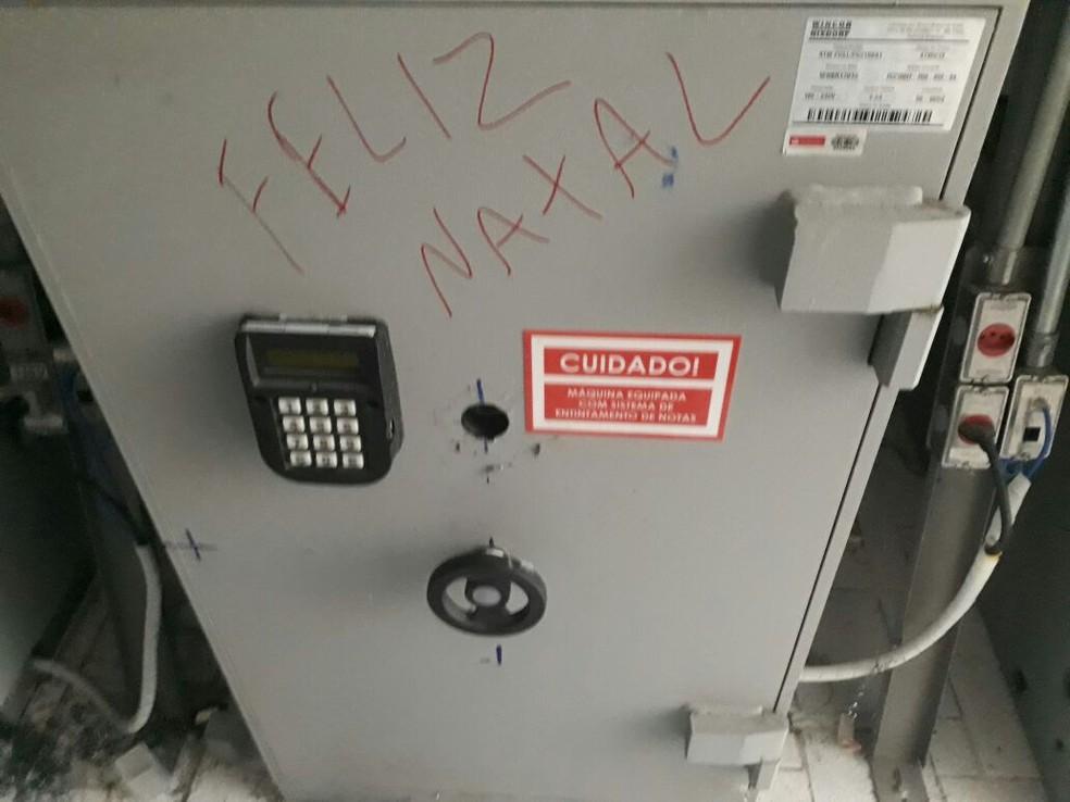 Bandidos explodem caixas eletrônicos e deixam mensagem de 'Feliz Natal' em Pesqueira (Foto: Polícia Militar/Divulgação)