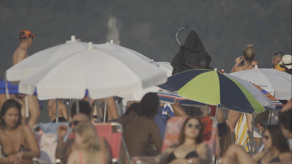 Surfista aparece vestido de morte em vídeo de conscientização sobre a Covid-19 na praia de Maresias — Foto: Rafael de Oliveira/Tirando Onda Surfvlog