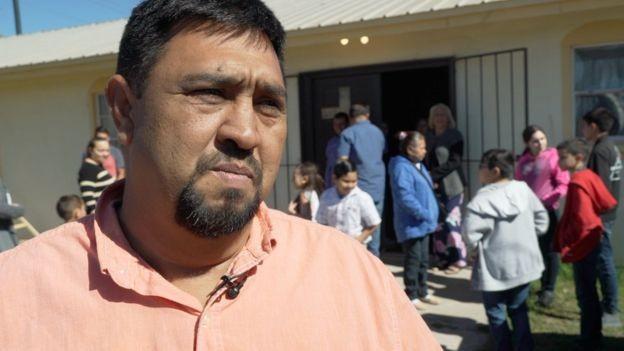 Muitas pessoas como Homero Rosales vão buscar trabalho fora da cidade (Foto: BBC News)