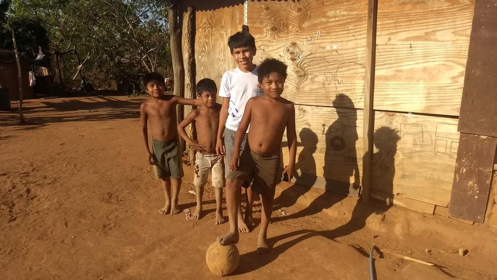 Crianças indígenas brincam na aldeia Tekohaw, no DF (Foto: Marília Marques/G1)