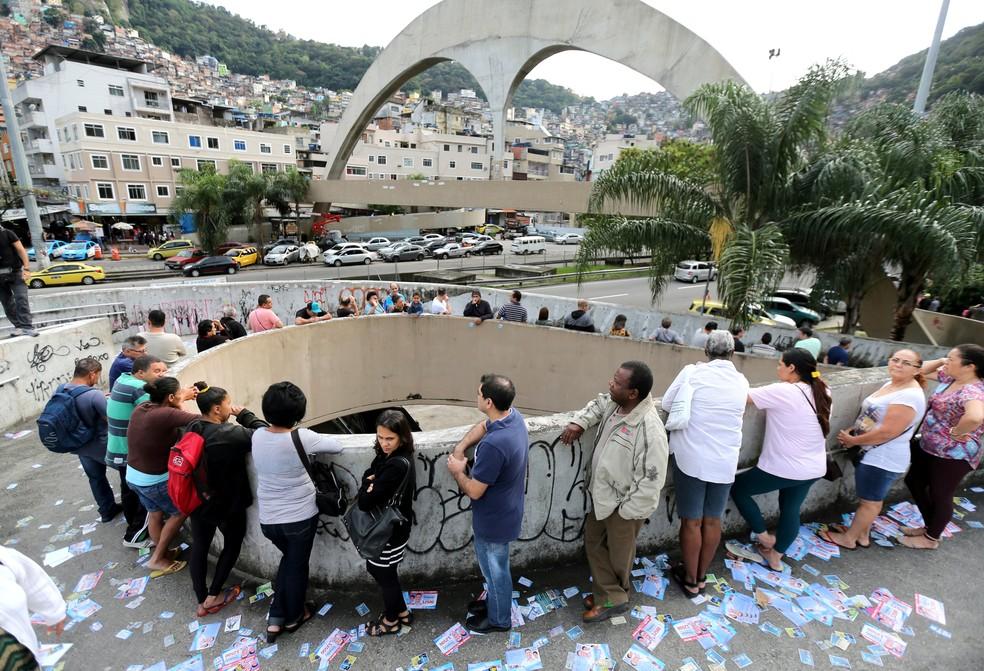 Eleitores formam fila para votar na Rocinha, Zona Sul do Rio — Foto: Sergio Moraes/Reuters