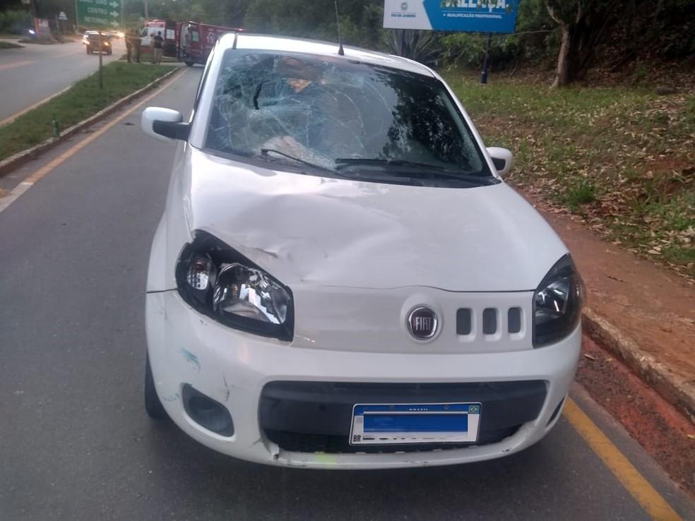 Carro ficou com lataria do capô amassada e vidro do parabrisas quebrado — Foto: Reprodução/Redes sociais