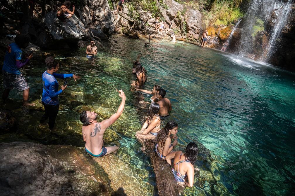Cachoeira Santa Bárbara é a estrela do roteiro turístico de Cavalcante. Água azul turquesa é resultado da formação de calcário do lugar — Foto: Fábio Tito/G1