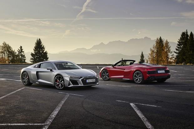 Audi R8 V10 RWD Coupé,  Static photo, Colour: Florett SilverAudi R8 V10 RWD Spyder, Static photo, Colour: Tango Red (Foto:  )