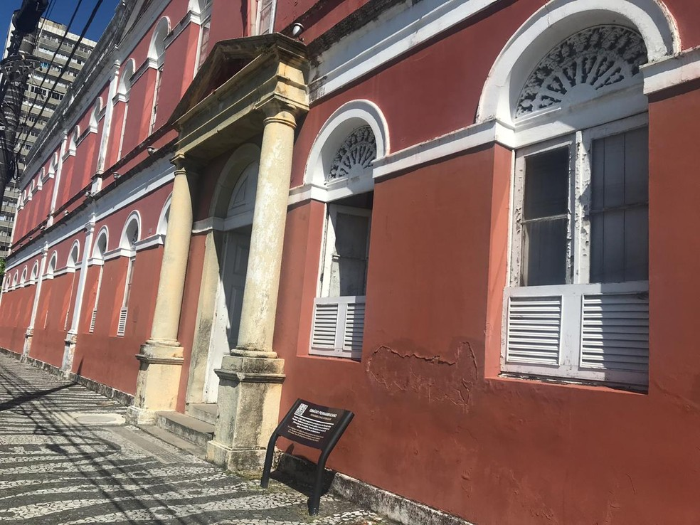 Ginásio Pernambucano, localizado na região central do Recife, está sem aulas nesta terça (13) — Foto: Isabela Veríssimo/G1