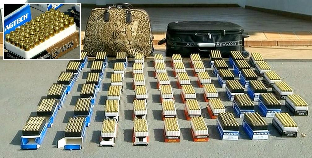 A munição estava escondida em duas malas e havia balas dos calibres 9mm, .40 e .45 (no detalhe) (Foto: Reprodução / TV TEM)