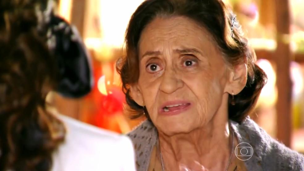 Veridiana (Laura Cardoso) acha que Dionísio (Sérgio Mamberti) pode ter matado Maria Adília (Inez Viana) - 'Flor do Caribe — Foto: Globo