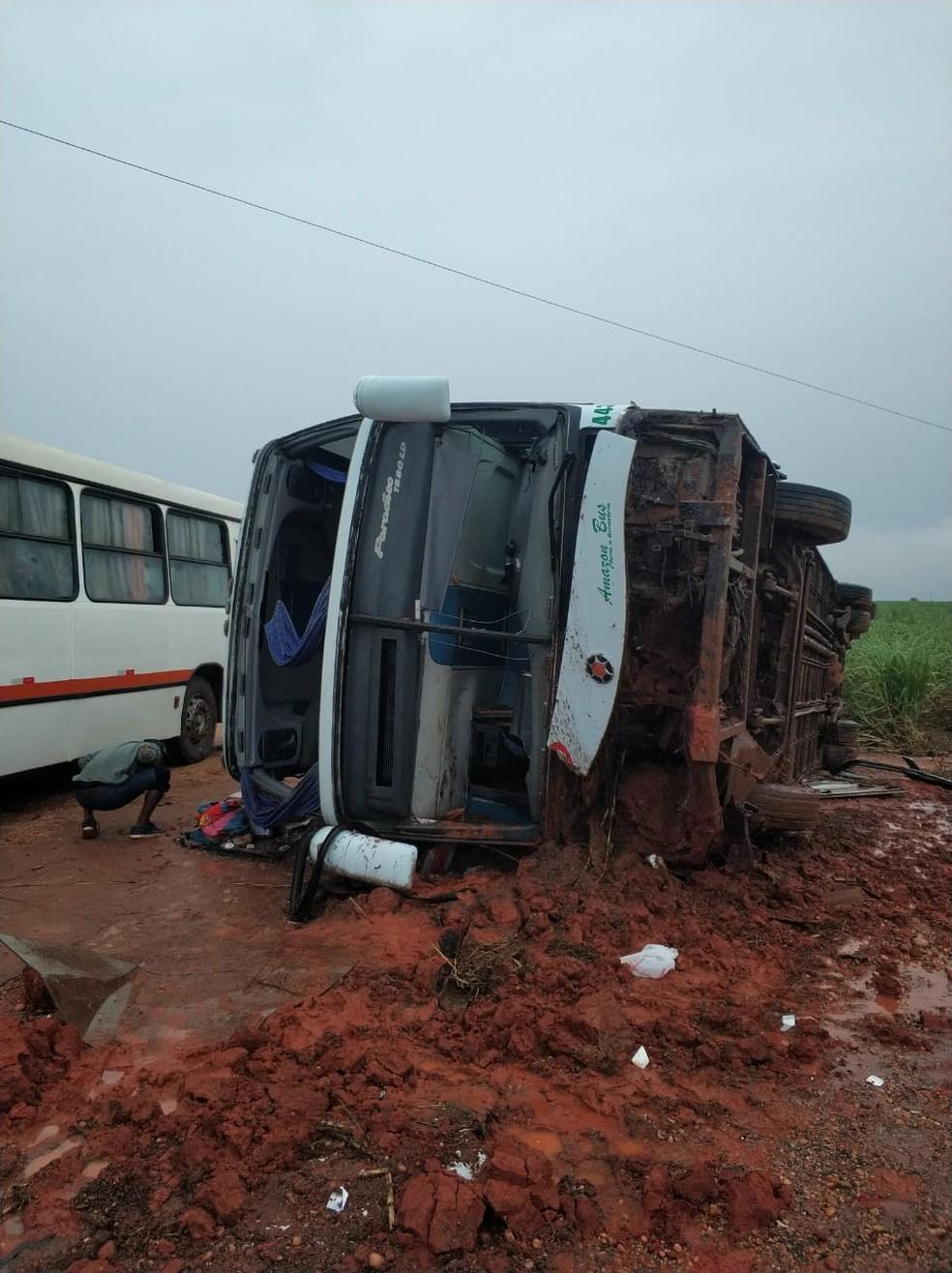 30 passageiros são socorridos após motorista perder controle e ônibus tombar em Nova Mutum — Foto: Corpo de Bombeiros de Mato Grosso/Nova Mutum