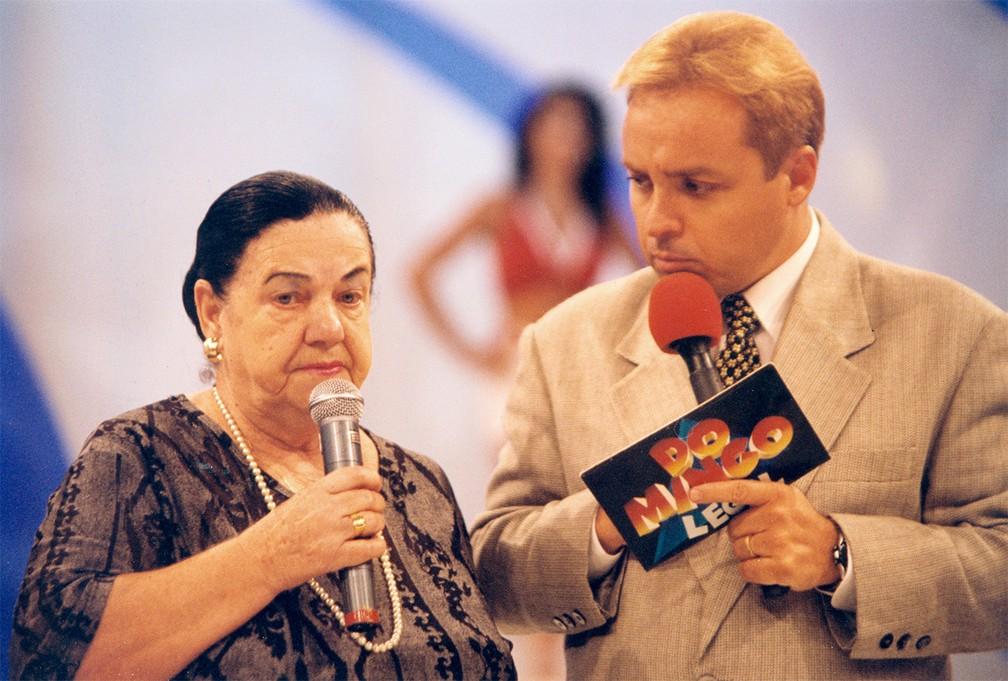 Gugu Liberato recebe a vidente Mãe Dinah durante gravações do 'Domingo Legal', no SBT, em março de 1996 — Foto: Ricardo Teles/Estadão Conteúdo/Arquivo