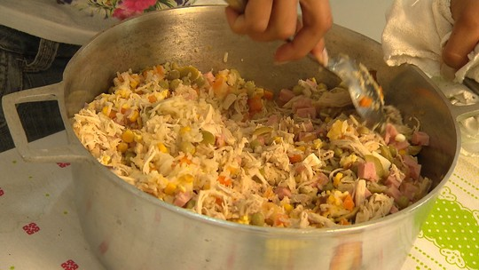 Faça arroz de forno com frango, milho, azeitona e tomate