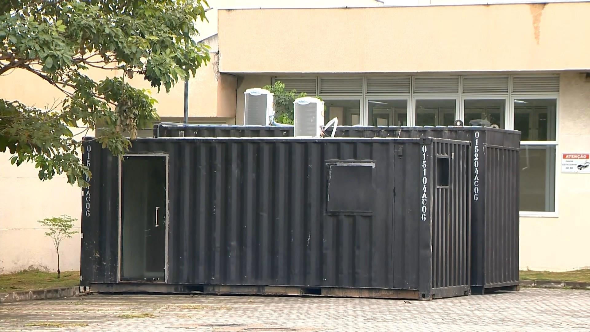 Contêineres para armazenar corpos de vítimas de Covid-19 são instalados em hospital do ES
