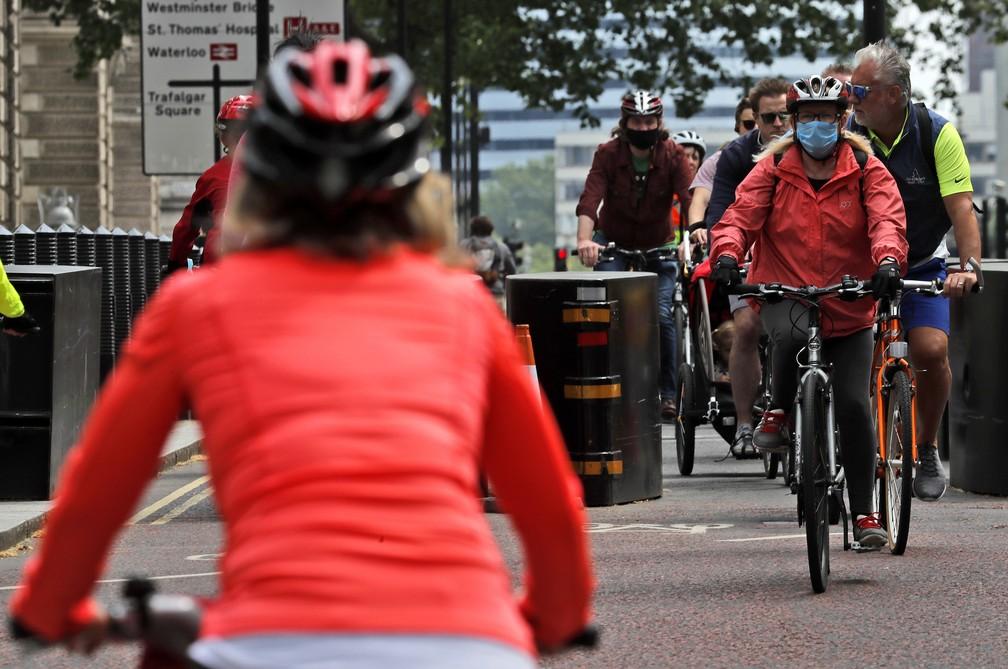 Objetivo do prefeito de Londres ao estimular o ciclismo é ajudar o distanciamento populacional no transporte público — Foto: Frank Augstein/AP Photo