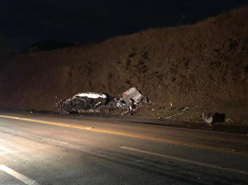 Carro ficou completamente destruído em acidente na BR-040 nesta terça-feira (20) — Foto: Danilo Girundi/TV Globo