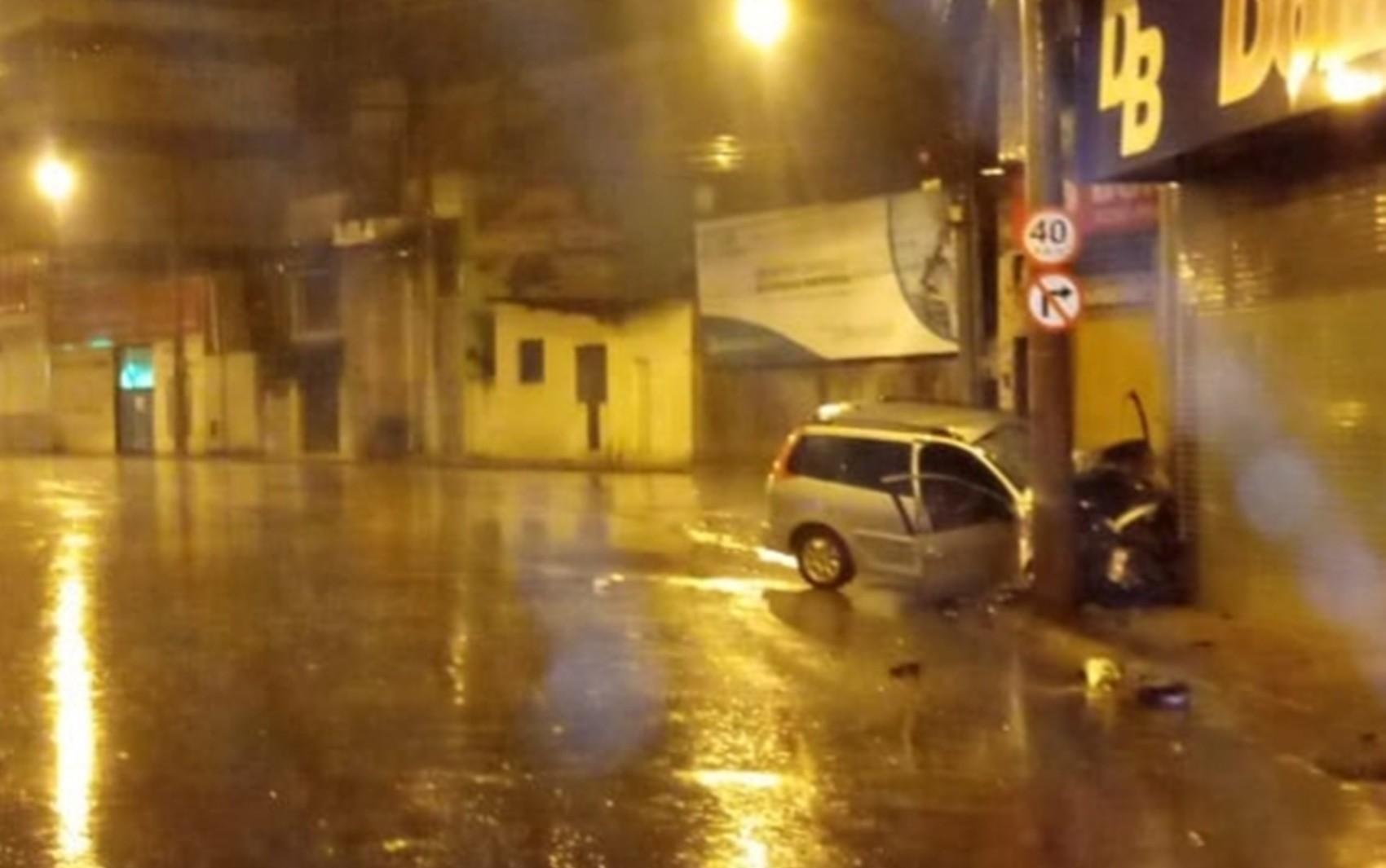 Motorista perde controle e bate carro em muro em Alfenas; quatro pessoas estão internadas