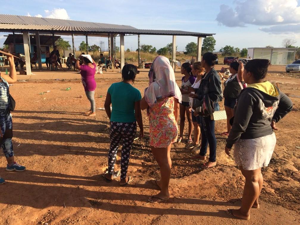 Algumas mulheres disseram ter chegado às 4h na unidade (Foto: Alan Chaves/G1 RR)