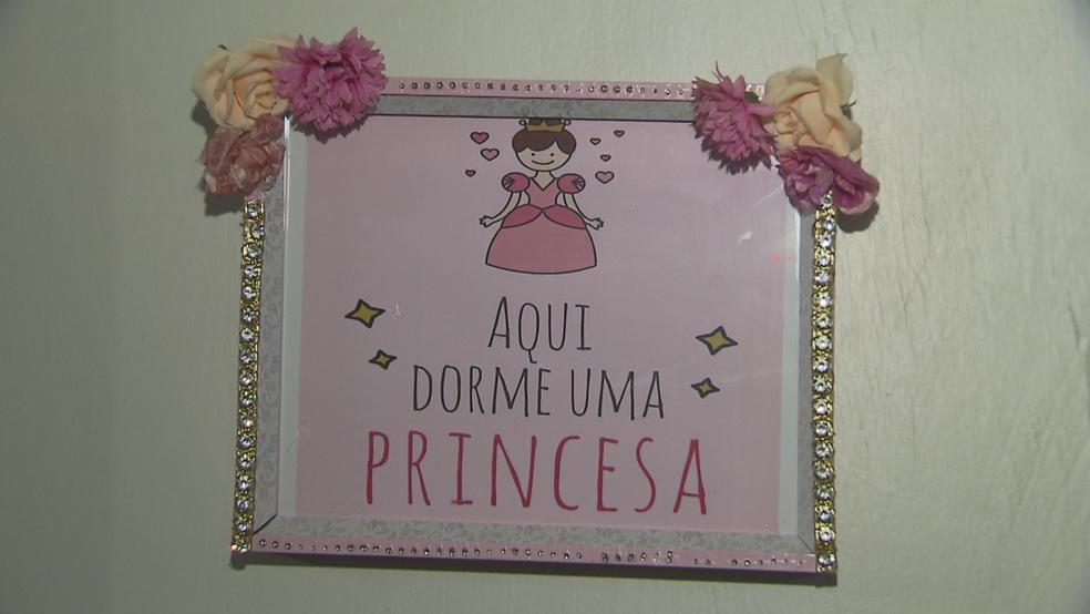 Porta do quarto onde crack era produzido em casa de Samambaia, no DF (Foto: TV Globo/Reprodução)