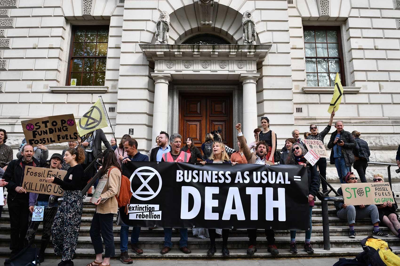 Ativistas bloqueiam a Bolsa de Londres no 11º e último dia de protestos