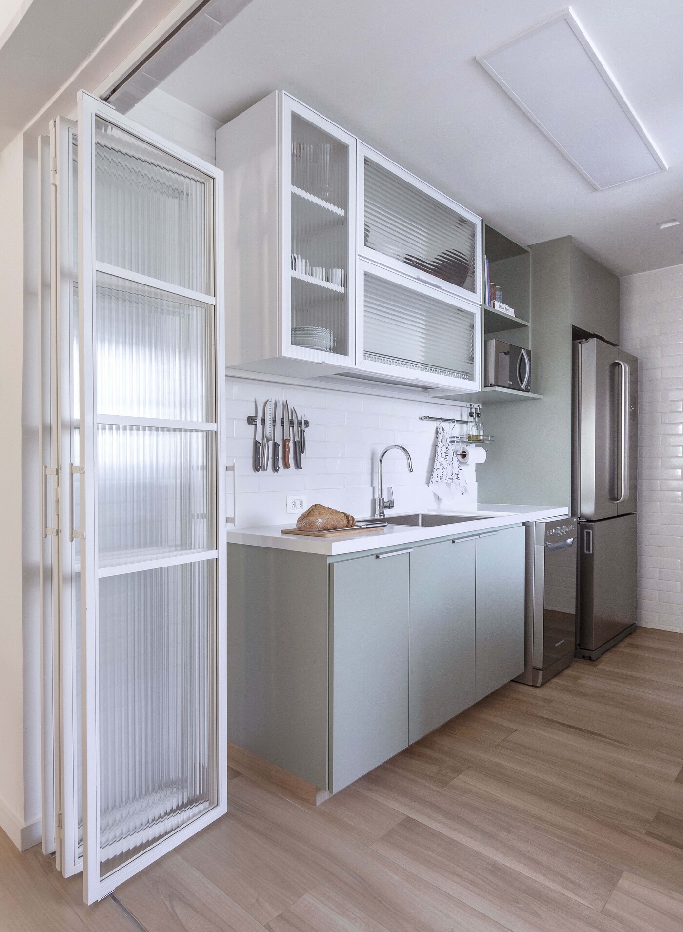 Décor do dia: cozinha com porta deslizante e decoração prática