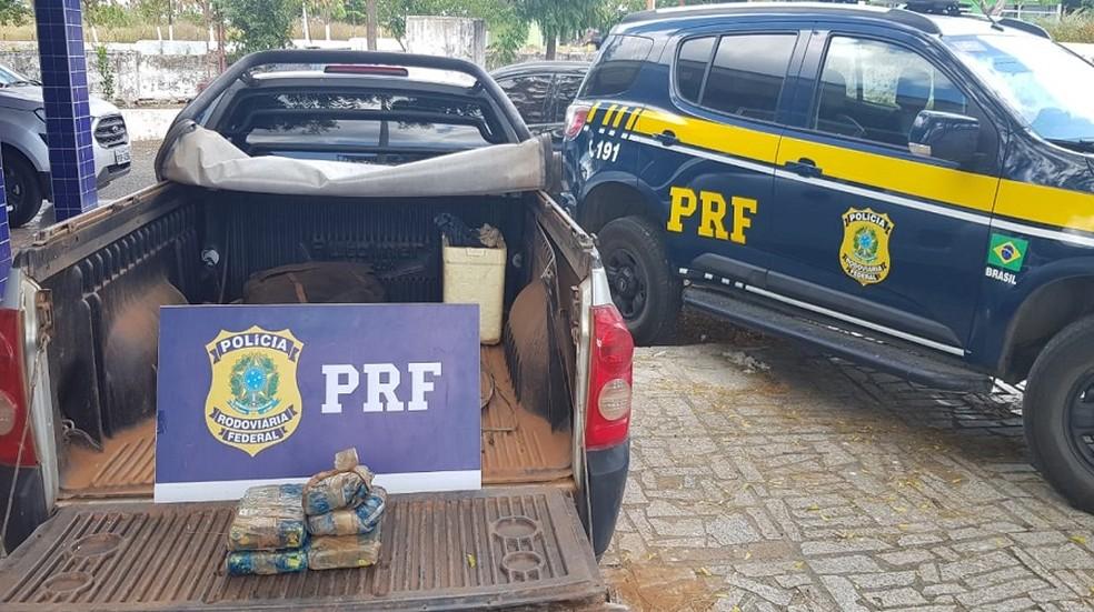 Duas mulheres são detidas com aproximadamente 6kg de drogas em veículo, em Sobral — Foto: PRF/ Divulgação