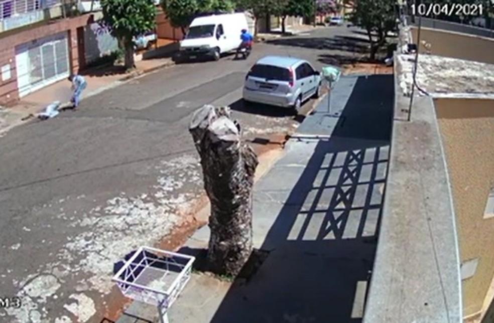 Mulher foi agredida com socos, chutes e chegou a ser arrastada por ladrão, em Londrina — Foto: Reprodução/RPC
